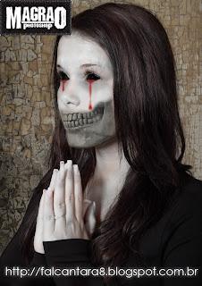Dark-art-rezando-photoshop-menina-branca-cabelo-liso-mãos-juntas