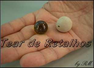 Comparando o tamanho de uma bolinha feita em argila com uma bolinha de gude