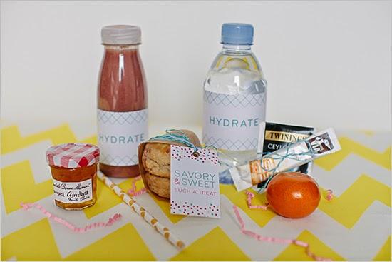 Mermelada, jugo, scones, agua, té, fruta