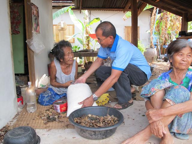 Catequsita de Ponsung ofreciendo arroz