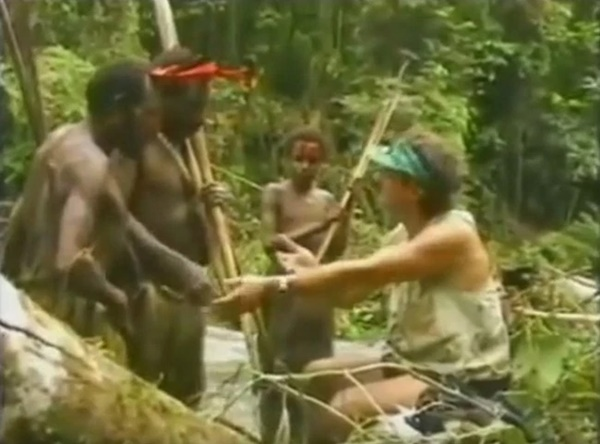 (VIDEO) Reaksi Orang Asli Pertama Kali Jumpa Orang Putih!