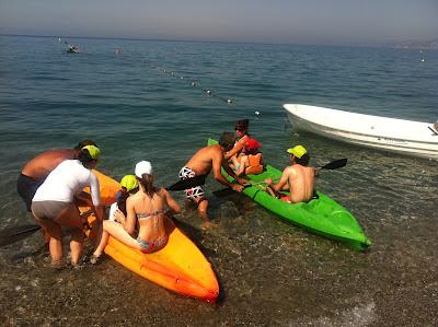 En la imagen se ven a los niños y monitores montados en el kayak en la orilla. Listos para navegar