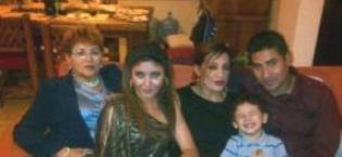FOTO DE FAMILIA: MAMÁ, HIJAS, YERNO, NIETO