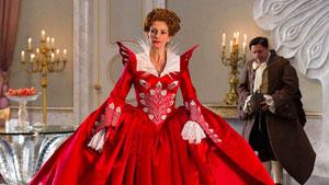 Julia Roberts y Nathan Lane en Blancanieves (Mirror, Mirror)
