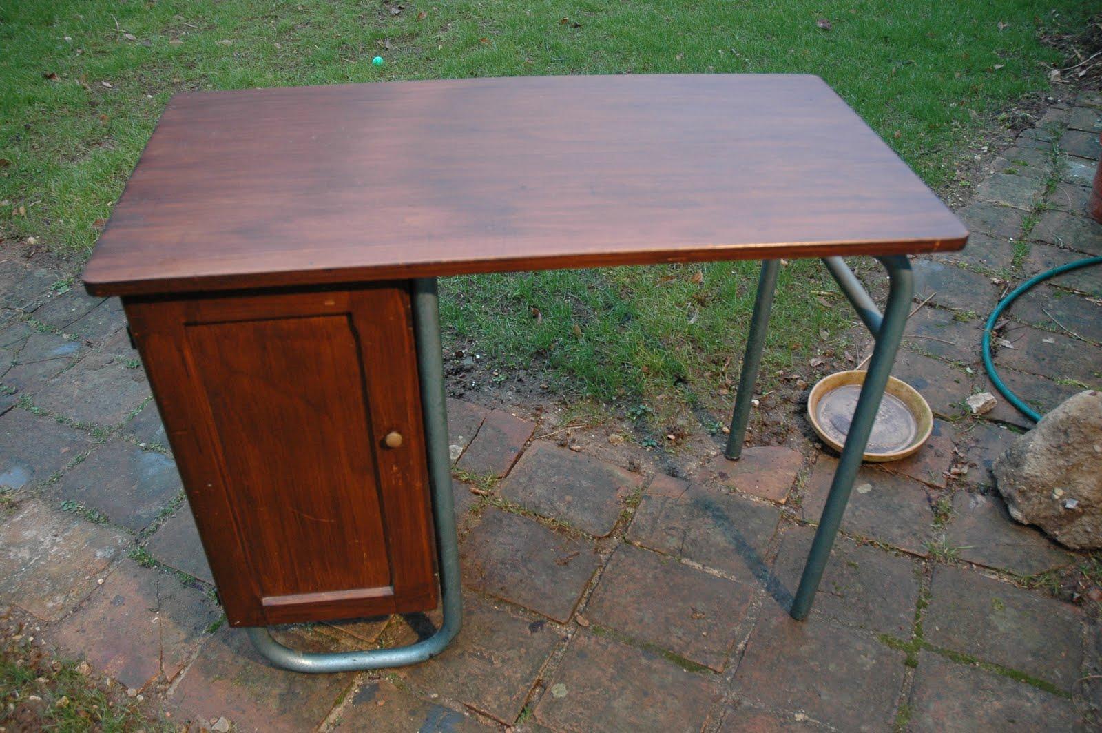 Bureau ecolier repeint customiser un bureau en bois pour