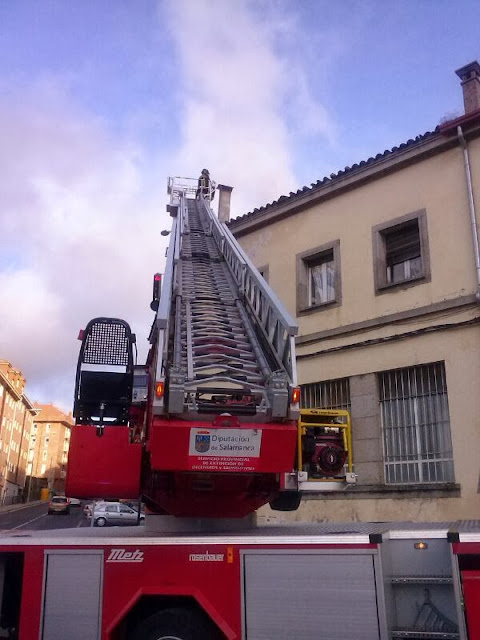 Camion escala de los bomberos realizando tareas de extincion