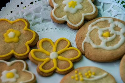 Galetes en forma de flor decorades en groc i blanc