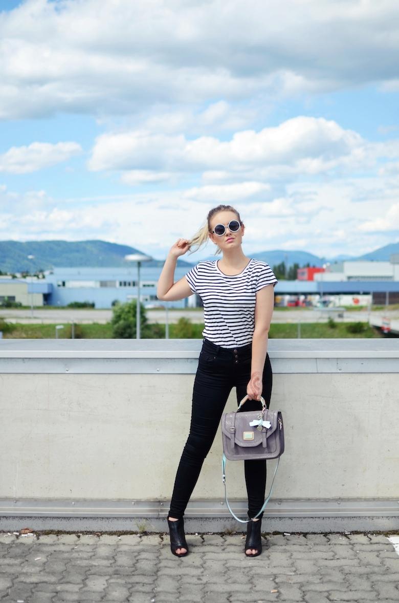 Outfit_schwarze_High_Waisted_Hose_gestreiftes_T-Shirt_Guess_Handtasche_perlenbesetzte_Sonnenbrille_ViktoriaSarina
