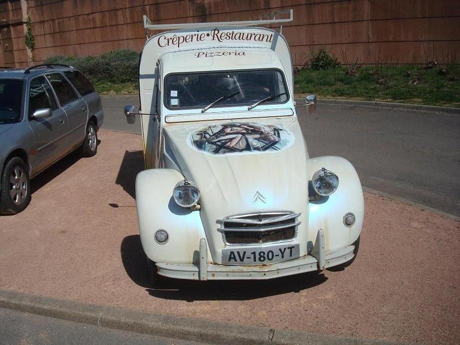 balades en vendee  voiture publicitaire 1   la 2 cv belle