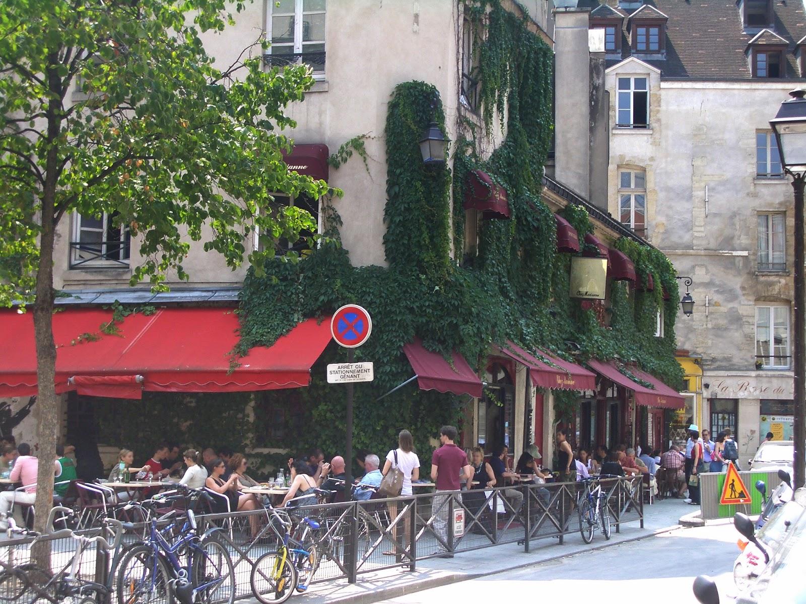 world visits le marais an ancient district in paris france. Black Bedroom Furniture Sets. Home Design Ideas