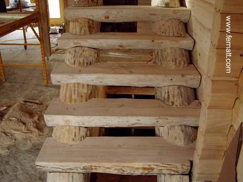 Escalera rústica de troncos