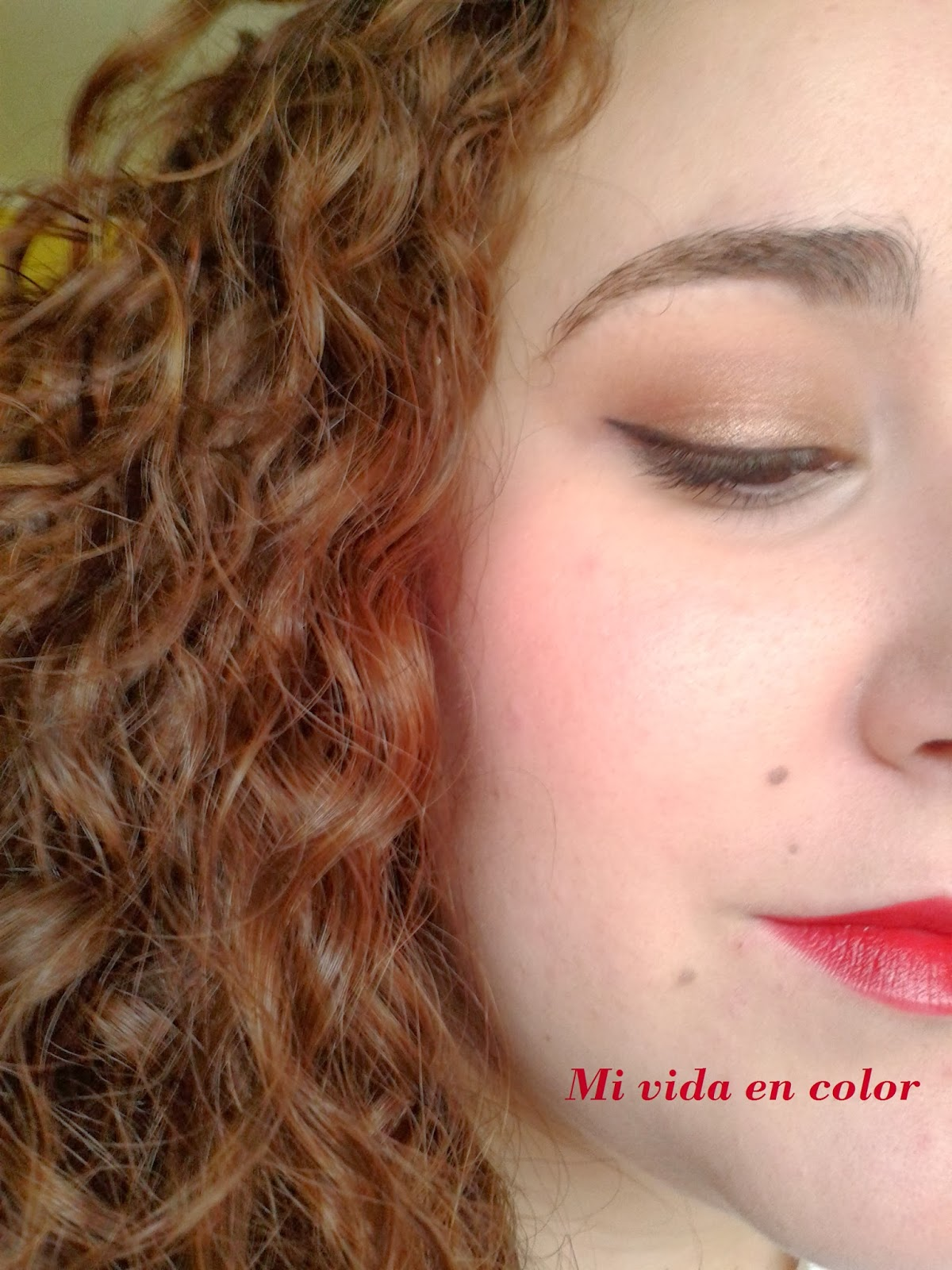 Look - maquillaje en dorado-navideño-labios-rojos-xmas-look-delineado-en-negro