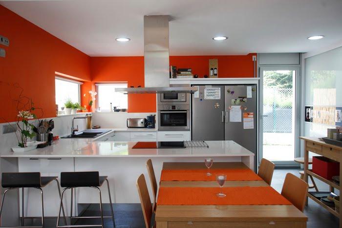 Pintura y madera cambia el estilo de tu cocina for Pintura naranja para cocina