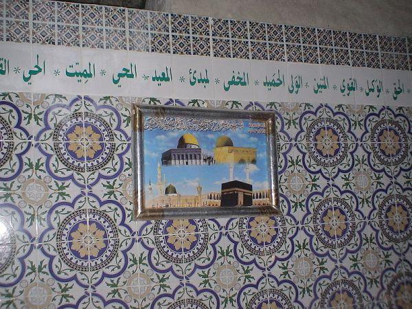 Gambar di dinding sebuah rumah di Tunisia, menampilkan tiga tempat suci Islam.