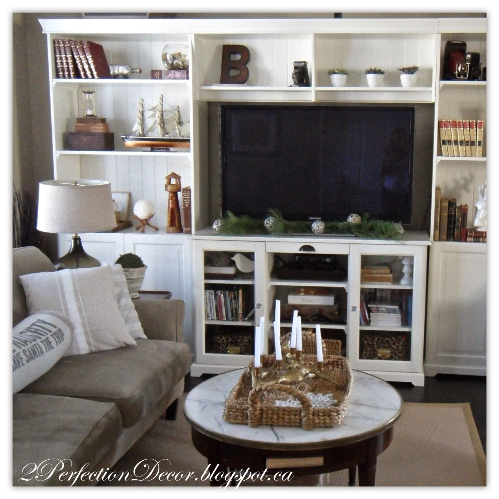 2Perfection Decor: Holiday decor in our Living and Dining room