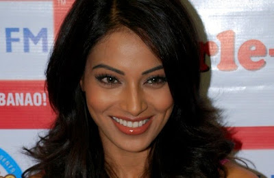 Bipasha Basu detained by Mumbai customs department for gold: After Minnisha Lamba, it was actor Bipasha Basu's turn to be intercepted by Customs officials at the Chhatrapati Shivaji International Airport on Thursday.
