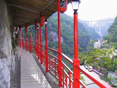This hanging Fangweng restaurant located in Happy Valley in Xiling Gorge.
