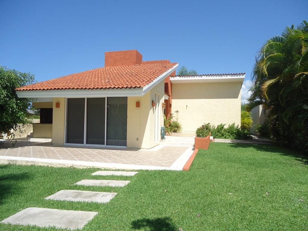 Modelo de casa beige con tejado ocre un 1024 768 for Modelos de fachadas de casas