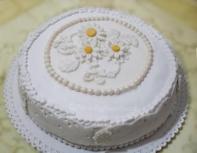 torta margherite bianche in pasta di zucchero