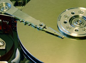 HDDのディスク表面と磁気ヘッド