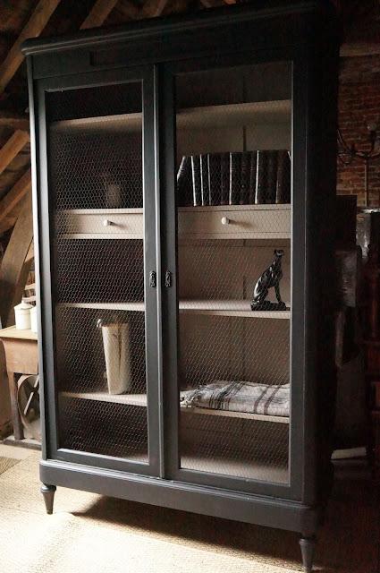 armoire-bibliothèque-rangement-patinée-noire-style-cabinet-de-curiosité-vintage