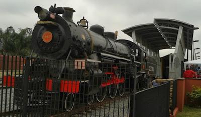 """Locomotiva a vapor, a popular """"Maria Fumaça"""" ém ótimo estado de restauração e conservação."""