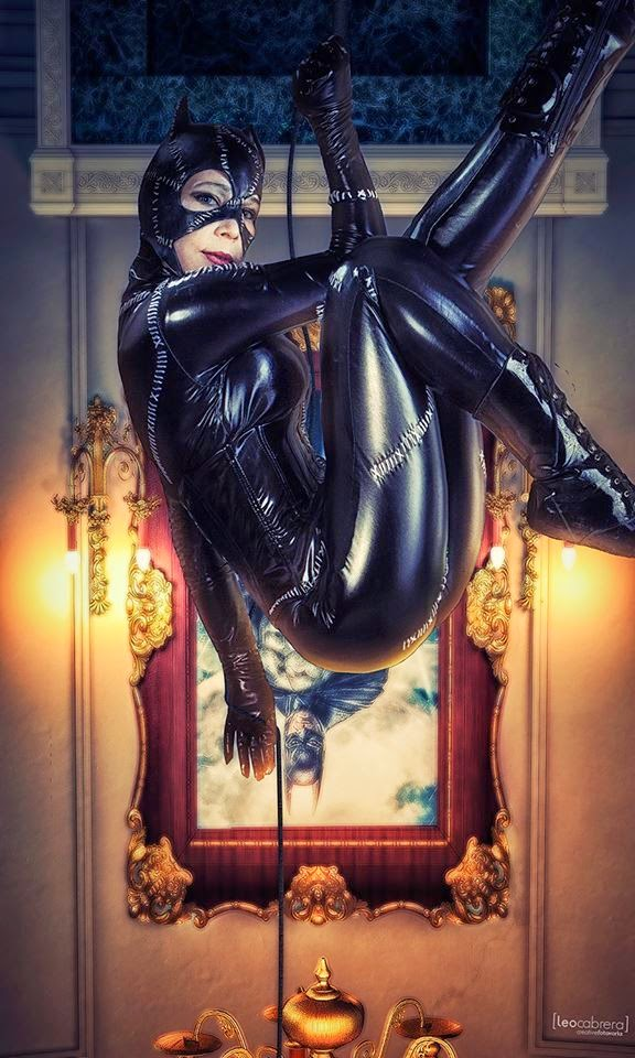cosplay féminin de catwoman suspendue