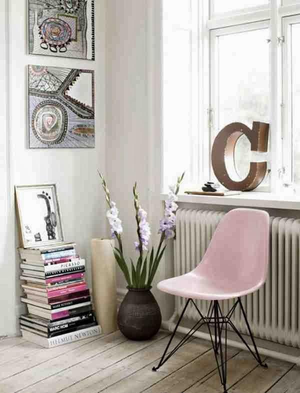 Krzesło pastelowe, różowe kzresło, litera C na parapecie