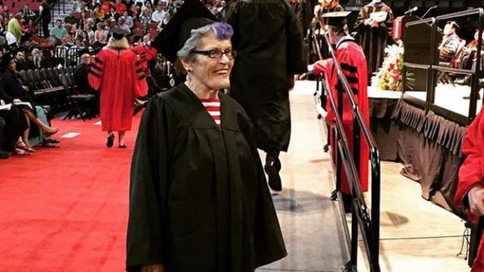 nenek lulus kuliah