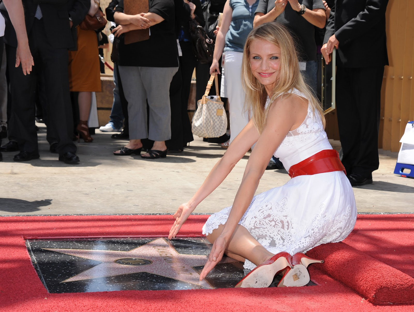 http://4.bp.blogspot.com/-t1NKJm_fNnc/T7ZcZi9fL-I/AAAAAAAAAPI/SOoGfqjjFwo/s1600/cameron_diaz_honored_on_the_hollywood_walk_of_fame_22_june_2009_dV41Red.giangchaunews.blogspot.com.jpg