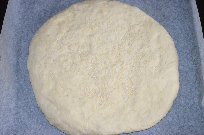 Хлеб домашний: Лепешку посыпать кунжутом