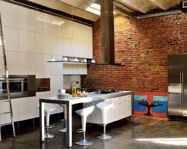 Kuchnia loftu i ściana z czerwonej cegły