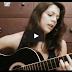 Essa Mulher tanto canta como toca divinamente bem