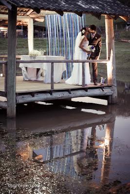 Fotógrafo Casamento Porto Alegre - Foto de Babi Nakata - Noivos com reflexo na água