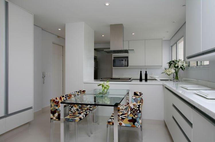 uma estrutura simples para a mesa, bem clean combinando com a cozinha