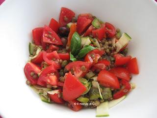 Insalata fredda di lenticchie con pomodori e verdure