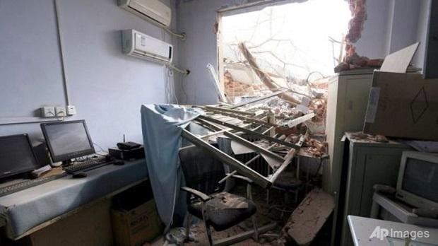 Media China menunjukkan bahagian dinding hospital yang roboh dan serpihan yang bertimbun.