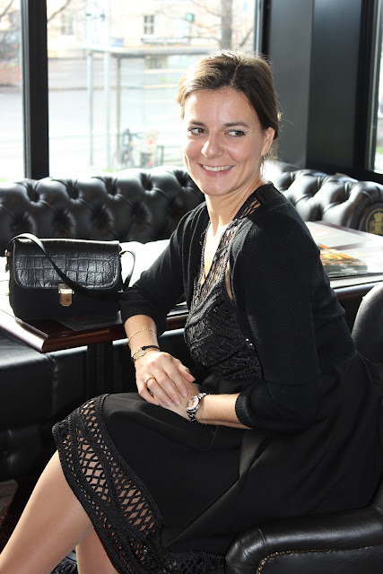 robe noire macramé Maje, escarpins paillettes Naf naf, sac sandro