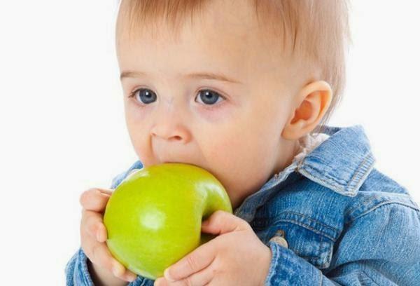 Foto bayi belajar makan sendiri