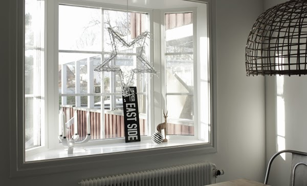 watt & weke lampa, inredning vitt och svart, advent 2013, adventsstjärna, fönster matsal, burspråk i matsalen