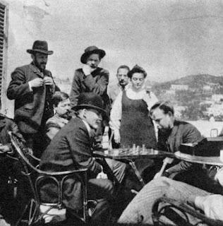 Partida de ajedrez de Lenin con Gorki (1908) - publicado por el blog Revolución Cultural V.+I.+Lenin,+a+guest+of+A.+M.+Gorky.+Playing+chess+with+A.+A.+Bogdanov...