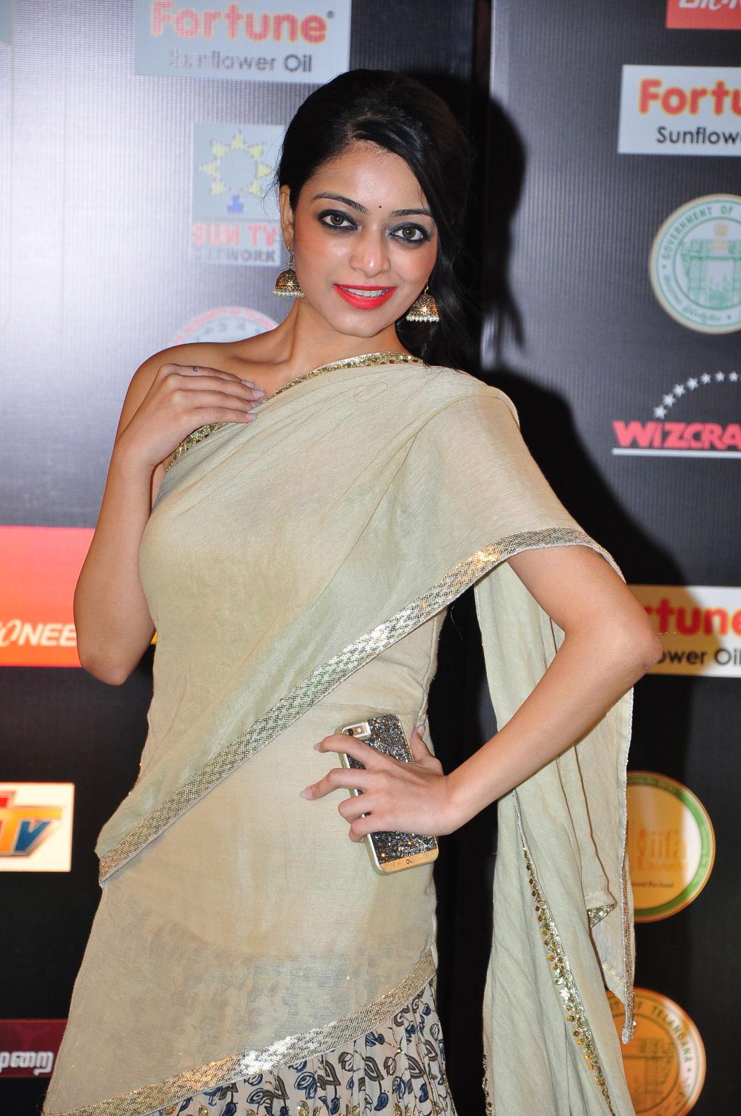 janani iyer glamorous in saree-HQ-Photo-2