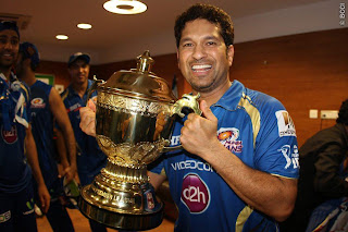 Sachin-Tendualkar-poses-trophy-MI-Win-IPL-2013