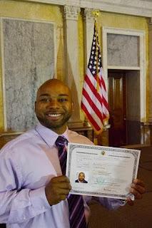 Herbert mostrando orgullosamente su Certificado de Naturalización