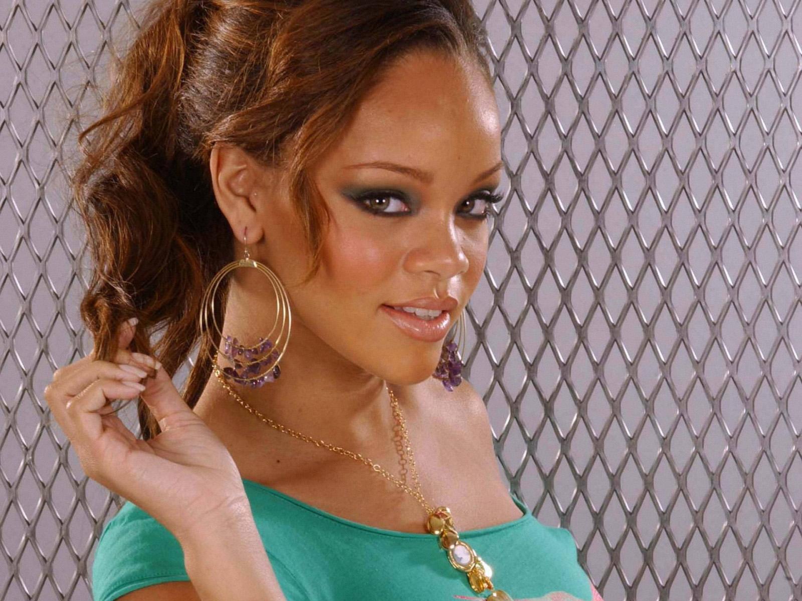 http://4.bp.blogspot.com/-t54OsWdxh18/TyaehAdpjmI/AAAAAAAAC4I/jmv4Y8O-Swg/s1600/Rihanna-wallpapers-For-Background-3.jpg