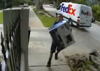 Empleado de Fedex entregando un monitor