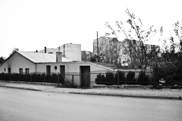 Końskie, ul. Wjazdowa. Budynek z charakterystycznym pochyłym daszkiem - po nim wtaczano beczki z naftą (zbiornik znajdował się poniżej). To obok tego budynku niemiecki żandarm zatrzymał młodą żydówkę... Fot. Bartłomiej Woźniak