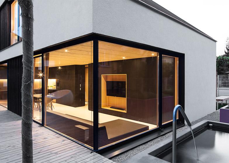 Casa con due piani integrati nel tetto spiovente by format for Piani di casa con piscina nel mezzo