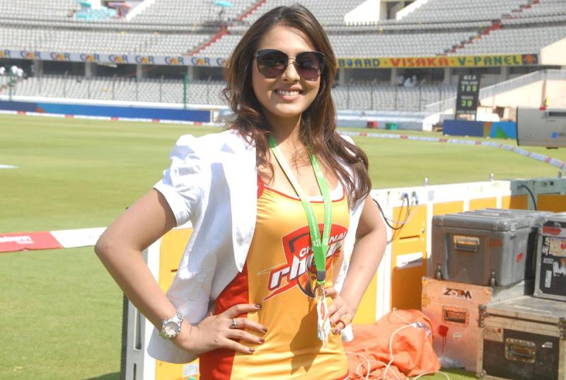 Madhu Shalini Cute Photos At Chennai Rhinos Vs Kerala Strikers Match glamour images