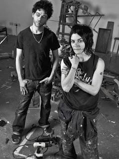 Pareja de artistas posando blanco y negro